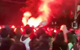 Video: Xử lý 2 thanh niên đốt pháo sáng ở hồ Hoàn Kiếm