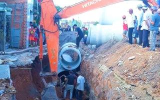 Video: Đứt dây dù, ống cống 4 tấn rơi từ trên cao làm công nhân chết tại chỗ