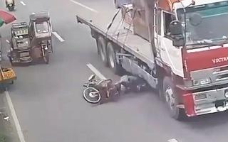 Video: Thoát chết trong gang tấc ngay dưới bánh xe container