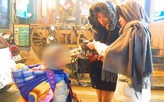 Video: Đẩy trẻ em ra đường bán đồ trong đêm mưa rét ở Sa Pa