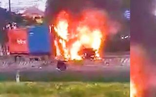 Video: Xe container bị thiêu rụi trên xa lộ Hà Nội