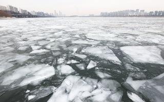 Video: Cận cảnh sông Hàn đóng băng sau 2 năm, tàu thuyền di chuyển khó khăn