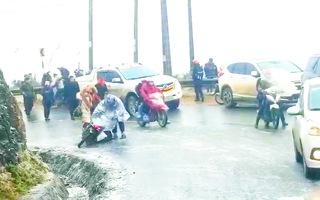 Video: Nhiều ôtô, xe máy 'trôi tự do' trên đèo Ô Quy Hồ do mặt đường đóng băng