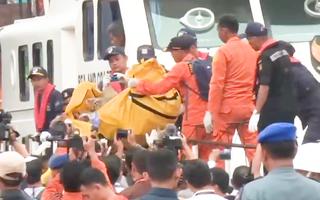 Rơi máy bay 62 người thiệt mạng: Xác định nạn nhân đầu tiên và trục vớt hộp đen