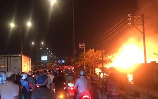Video: Cháy xưởng gỗ trên quốc lộ 1 lửa đỏ trời, thiệt hại hàng tỉ đồng