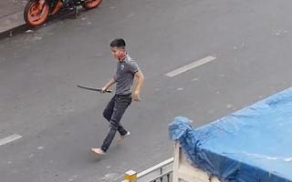 Video: Tài xế ôtô cầm kiếm đuổi chém người trên đường Lũy Bán Bích, TP.HCM