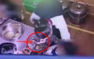 Video: Cô giáo múc tương ớt đổ vào miệng bé trai trong giờ ăn