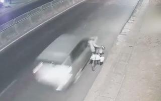 Video: Tài xế ô tô bỏ chạy sau khi tông cụ già suýt mất mạng ở Đồng Nai