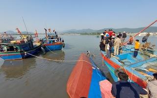 Video: Tàu chở dầu Diesel chìm gần cảng cá ở Nghệ An