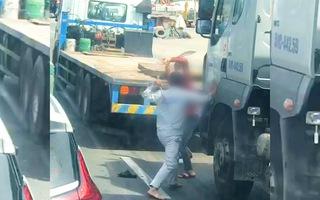 Video: Hai tài xế container cầm hung khí lao vào đánh nhau sau khi va chạm xe