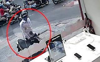 Video: Chiêu trò canh me bên lề đường để bẻ khóa, trộm xe máy ở TP.HCM
