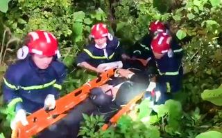 Video: Cảnh sát leo núi cứu thanh niên bị gãy chân trên bán đảo Sơn Trà