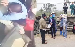Video: Xe buýt lật xuống đường, nhiều hành khách hoảng loạn