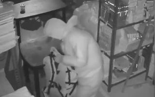 Video: Trộm đột nhập lấy 25kg vàng của tiệm trang sức