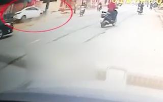 Video: Người phụ nữ lái ô tô đâm thẳng cột điện