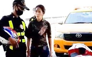 Video: 'Hotgirl' lái mô tô thông chốt trạm thu phí, tranh cãi gay gắt với cảnh sát Thái Lan