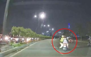 Video: CSGT bám vào xe đang chạy và ngã nhào xuống đường