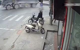 Video: Vượt đèn đỏ, hai phụ nữ lao vào gầm xe ben giữa ngã tư