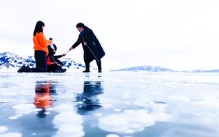 Video: Bong bóng băng ở hồ Sayram làm say đắm nhiều du khách