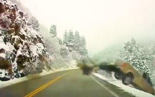 Video: 2 ôtô tông nhau rồi cùng lao xuống vực