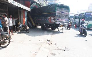 Video: Va chạm liên hoàn giữa nhiều ôtô, xe máy, 2 nhà dân bị tông sập