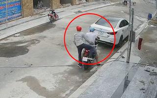 Video: Để 50 triệu đồng trong cốp xe nhưng quên rút chìa khóa, mất xe mất luôn tiền