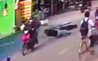 Video: Bị giật dây chuyền vàng hơn một lượng, nam thanh niên té ngã trên đường