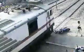 Video: Đoàn tàu tông nát chiếc xe máy ngã sát đường ray