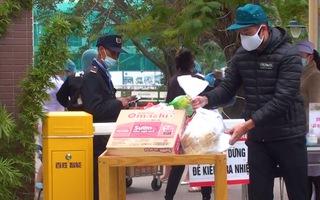Video: Tranh thủ tiếp tế cho người thân trong khu phong tỏa ở Hải Phòng