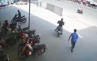 Video: Bảo vệ bất lực với băng nhóm táo tợn dàn cảnh lấy 2 xe máy