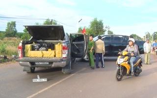 Video: Nóng thời điểm giáp Tết, bắt lái xe bán tải cùng hàng trăm kí pháo lậu