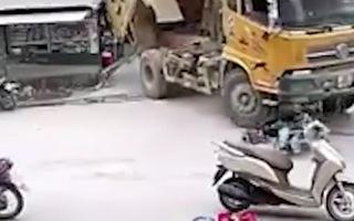 Video: Xe ben không hạ thùng trôi tự do, nhiều người hốt hoảng