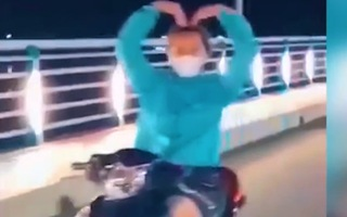 Video: Phạt cô gái thả tay 'múa quạt' khi chạy xe 7,4 triệu đồng