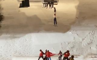 Video: Căng bạt cứu cô gái rơi khỏi cáp treo