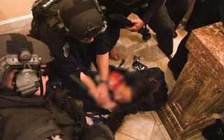Video: Khoảnh khắc người phụ nữ bị bắn chết khi cố trèo vào bên trong tòa nhà Quốc hội Mỹ