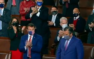 Video: Vừa mở màn họp quốc hội Mỹ, nghị sĩ Cộng hòa vỗ tay phản đối kết quả