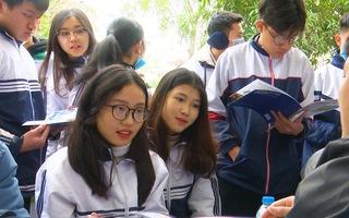 Video: Hơn 4.000 học sinh xứ Nghệ 'đội rét' tham gia tư vấn tuyển sinh 2020