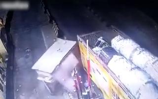 Video: Xe tải kéo sập quầy vé, nhân viên trạm thu phí chui ra từ đống đổ nát