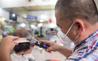Video: Khách ghi số điện thoại chờ cắt tóc, sửa xe tại TP.HCM