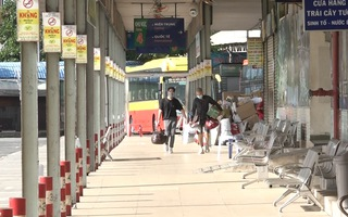 Video: Lác đác khách đến bến xe miền Đông TP.HCM trong ngày đầu hoạt động lại
