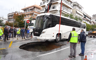 Video: Xe khách chở HLV và 13 vận động viên bị sụp 'hố đen' trên đường phố