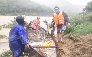 Video: Mưa xối xả ở miền núi Quảng Bình, người dân tức tốc di chuyển đồ đạc tránh lũ