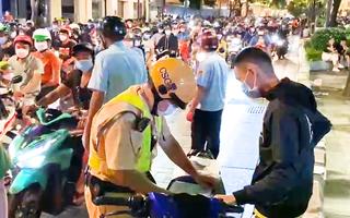 Video: Nới lỏng giãn cách chưa lâu, nhiều người trẻ bị phạt ở phố đi bộ Nguyễn Huệ