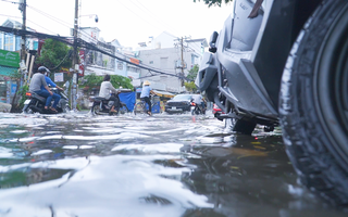 Video: Mưa 30 phút, một số tuyến đường ở TP.HCM lại ngập