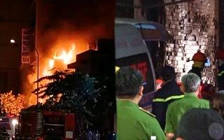 Video: Cháy nhà trong đêm làm 1 người tử vong, 4 người bị thương ở quận Tân Phú