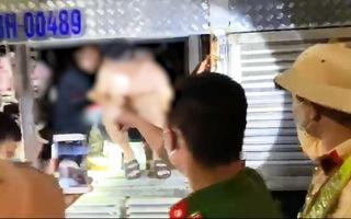 Video: 4 người trốn trong thùng xe tải chở đầy heo để thông chốt kiểm soát dịch