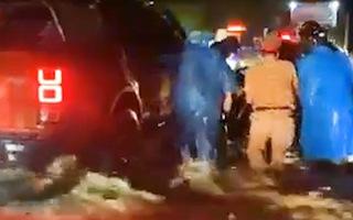 Video: Tình nguyện viên và CSGT đẩy xe giúp đoàn người về quê vượt qua đoạn đường nước chảy xiết