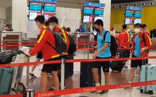 Video: Đội tuyển Việt Nam mệt mỏi vì mất 7 giờ cho chuyến bay 90 phút đến Oman