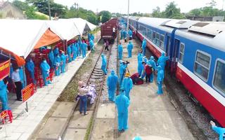 Video: Đưa gần 1.500 người Quảng Bình về quê, hai thai phụ sinh con ngay trên tàu