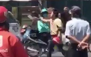 Video: Cầm dao chém xe khách, người đàn ông bị đánh bầm dập
